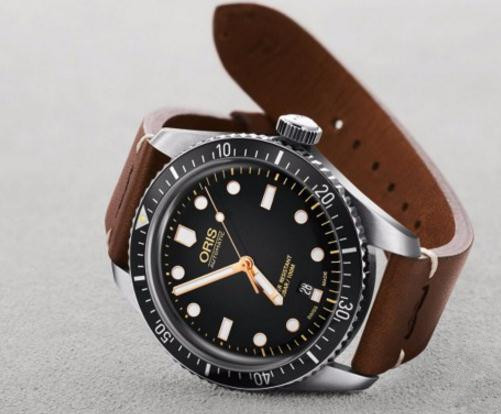 Replica Oris watches with black dials are retro but fashionable.