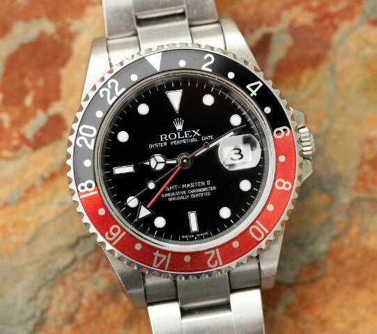 The black and red bezel makes the timepiece more eye-catching.