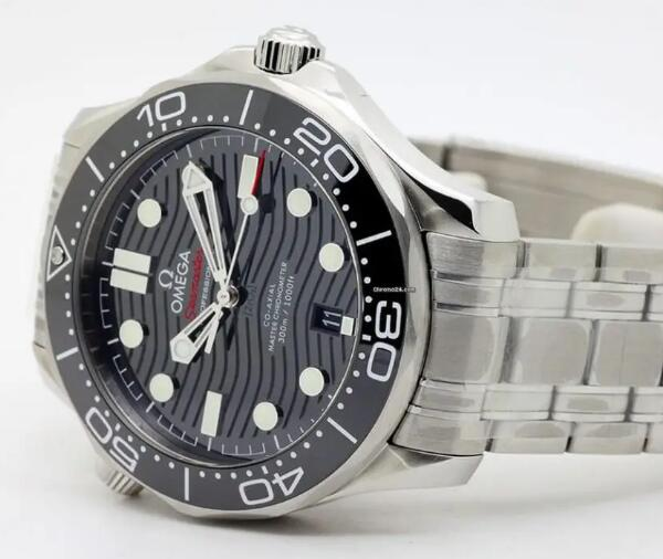 The black Omega Seamaster fake watch is with high quality.