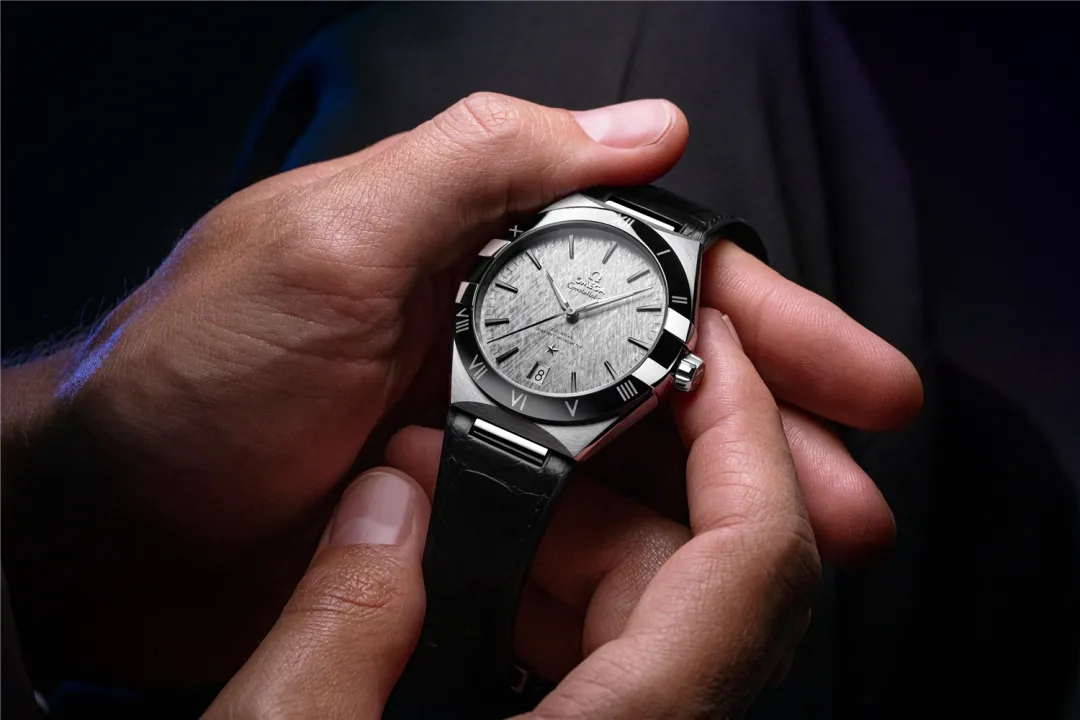 The dial adorned with special pattern endows the fake Omega with tasteful appearance.