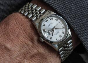 The Roman numerals hour markers enhance the charm of best fake Rolex Datejust.