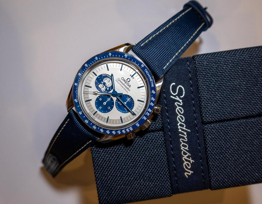 Swiss replica watches are showy with the snoopy pattern.